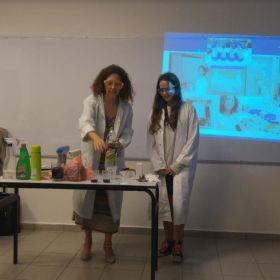 """הרצאה של ד""""ר קלאודיה ברזילי בנושא חומרים ומכשור רפואי. אולפנת אמי""""ת גבעת שמואל. אוקטובר 2018"""
